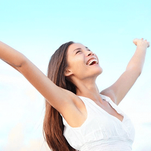 Mujer joven sonriendo a la vida