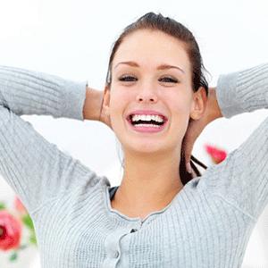 Mujer joven riendo con felicidad